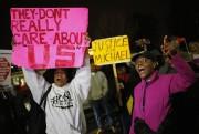 Dans la soirée, une centaine de jeunes manifestants... (PHOTO JIM YOUNG, REUTERS) - image 3.1
