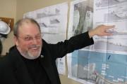 Le maire de Percé, André Boudreau, montre les... (Photo collaboration spéciale Geneviève Gélinas) - image 1.0