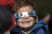 L'éclipse était partielle à Berlin mais n'en nécessitait... (AFP, Steffi Loos) - image 1.1