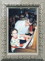 Louis-Jean Cormier, deux ans, au piano en compagnie... - image 1.1