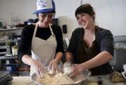 Marilou Lavoie, «responsable des scones», et Thania Goyette,... (Le Soleil, Patrice Laroche) - image 1.0