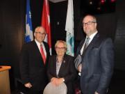 La mairesse Colette Roy Laroche entourée du député... (La Tribune, Ronald Martel) - image 1.0