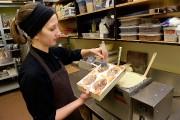 Émilie Beaulieu, chocolatière, préparant les moules.... (Le Soleil, Patrice Laroche) - image 3.0