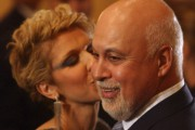 Céline Dion pose un baiser sur la joue... (Photo: Bernard Brault, archives La Presse) - image 2.0