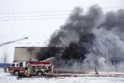 Environ 70 pompiers continuent de combattre, samedi après-midi,... (PHOTO ROBERT SKINNER, LA PRESSE) - image 1.0