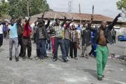 Des Sud-Africains armés notamment de bâtons et de... (PHOTO SHIRAAZ MOHAMED, AP) - image 3.0