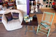 Chaise berçante turquoise (65 $) et table d'appoint... (Photo Le Soleil, Yan Doublet) - image 1.1
