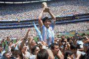 Diego Maradona soulève le trophée de la Coupe... (Photo archives AP) - image 2.0