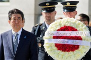 Lors d'une visite hautement symbolique, Shinzo Abe a... (PHOTO PAUL J. RICHARD, AFP) - image 2.0