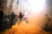 Un policier italien tire une grenade de gaz... (PHOTO FILIPPO MONTEFORTE, AFP) - image 2.0