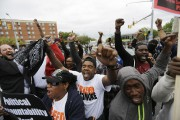Des citoyens de Baltimore célèbrent l'annonce de poursuites... (PHOTO DAVID GOLDMAN, AP) - image 2.0