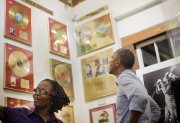 Barack Obama en visite au musée Bob Marley... (PHOTO PABLO MARTINEZ MONSIVAIS, ASSOCIATED PRESS) - image 1.0