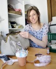 La créatrice Nathalie Rousseau fabrique des sacs avec... (Le Soleil, Jean-Marie Villeneuve) - image 1.0