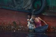 L'un d'eux avalant même quelques poignées de nouilles... (PHOTO CHRISTOPHE ARCHAMBAULT, AFP) - image 1.1