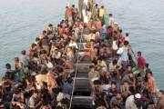 Des migrants bangladais et rohyngia attendent à bord... (PHOTO REUTERS/SYIFA) - image 2.0