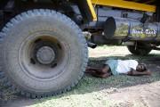 Cet homme a trouvé refuge sous un véhicule... (PHOTO NOAH SEELAM, AFP) - image 3.0