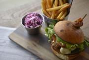 Les burgers en imposent par leur présentation en... (Le Soleil, Yan Doublet) - image 1.1