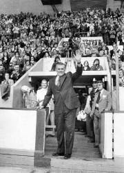 Le légendaire Maurice «Rocket» Richard salue la foule... (Photo Archives Le Soleil) - image 3.0