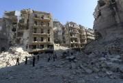 Des hommes constatent les ravages à Al-Chaar,le quartier... (PHOTO ZEIN AL-RIFAI, AFP) - image 2.0