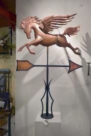 Dans la boutique, cette girouette surmontée de Pégase... (Le Soleil, Jean-Marie Villeneuve) - image 1.0
