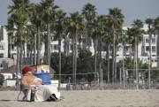 Une femme prend un bain de soleil sur... (La Tribune, Jonathan Custeau) - image 1.1
