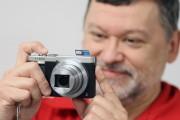 Christian Autotte et le Panasonic ZS50, doté d'un... (Photo Stéphane Champagne, collaboration spéciale) - image 2.0