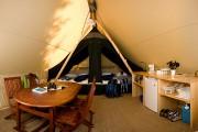 Avec son plancher fini, son mini-frigo, ses lits... (Photo Claude Mathieu Pub Photo inc., parc national de la Jacques-Cartier, SEPAQ) - image 1.0