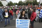 À Berlin, des manifestants arboraient des drapeaux grecs... (PHOTO ADAM BERRY, AFP) - image 1.0