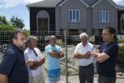 Quelques résidents du secteur discutaient de ce drame... (Photo: Stéphane Lessard, Le Nouvelliste) - image 1.0