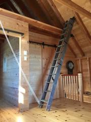 Les occupants utilisent cette échelle en chêne pour... (Photo Fousdesiles) - image 1.1
