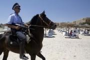 Un policier tunisien patrouillait hier sur la plage... (PHOTO DARKO VOJINOVIC, AP) - image 4.0