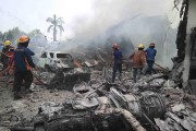 Les secouristes continuaient de retirer des corps des... (PHOTO IRSAN MULYADI, REUTERS) - image 3.0