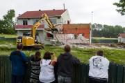 Quelques curieux ont assisté à la démolition du... (Photo: François Gervais, Le Nouvelliste) - image 1.1