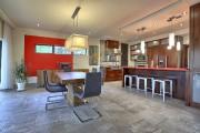 Vue de la cuisine à partir de la... (Photo fournie par Re/Max du Cartier R.N.) - image 1.1