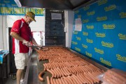 Kevin McDonald prépare des hot dogs au New... (Photo Andrew Kelly, Reuters) - image 1.1