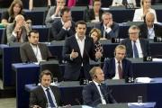 Le premier ministre grec Alexis Tsipras (au centre)... (AP, Jean-Francois Badias) - image 1.0