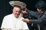 Le pape François reçoit un sombrero typiquement bolivien... (PHOTO ALESSANDRO BIANCHI, REUTERS) - image 2.0