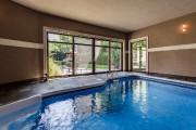 La piscine intérieure donne sur la cour et... (PHOTO FOURNIE PAR RE/MAX) - image 1.1