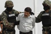 Joaquin «El Chapo» Guzman est escorté par des... (PHOTO MARCO UGARTE, ARCHIVES AP) - image 3.0
