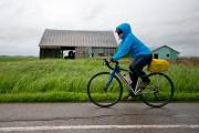 Un cycliste brave le mauvais temps sur la... (PHOTO DAVID BOILY, LA PRESSE) - image 4.0