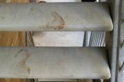 Les escaliers maculés de sang menant au balcon... (Collaboration spéciale, Patricia Cloutier) - image 1.1