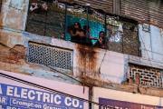 Des femmes regardent par la fenêtre d'un immeuble... (PHOTO PRASHANTH VISHWANATHAN, ARCHIVES BLOOMBERG) - image 6.0