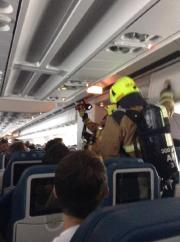 Les pompiers à bord de l'avion. ... (PHOTO CASEY HUFF SUR TWITTER) - image 2.0