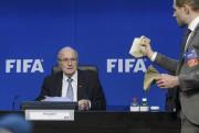 Simon Brodkina d'abord tendu un billet de banque... (PHOTO FABRICE COFFRINI, AFP) - image 1.0
