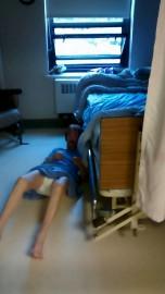 Après avoir chuté, Marguerite (nom fictif) est demeurée... (Image tirée d'une vidéo) - image 1.0