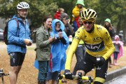 Chris Froome a célébré au champagne pendant la... (PHOTO SEBASTIEN NOGIER, REUTERS) - image 1.0