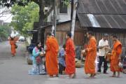 Le rituel bouddhiste des offrandes: en file indienne,... (PHOTO MAUD CUCCHI, COLLABORATION SPÉCIALE LA PRESSE) - image 3.0