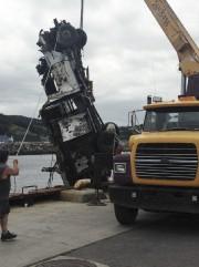Une grue a remonté la camionnette sur le... (Photo Entreprises maritimes Bouchard) - image 1.0