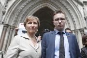 Marina Litvinenko et son fils Anatoly devant le... (PHOTO PETER NICHOLLS, REUTERS) - image 1.0
