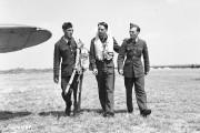 Trois pilotes de retour d'une mission à un... (Archives des Forces armées canadiennes) - image 1.0